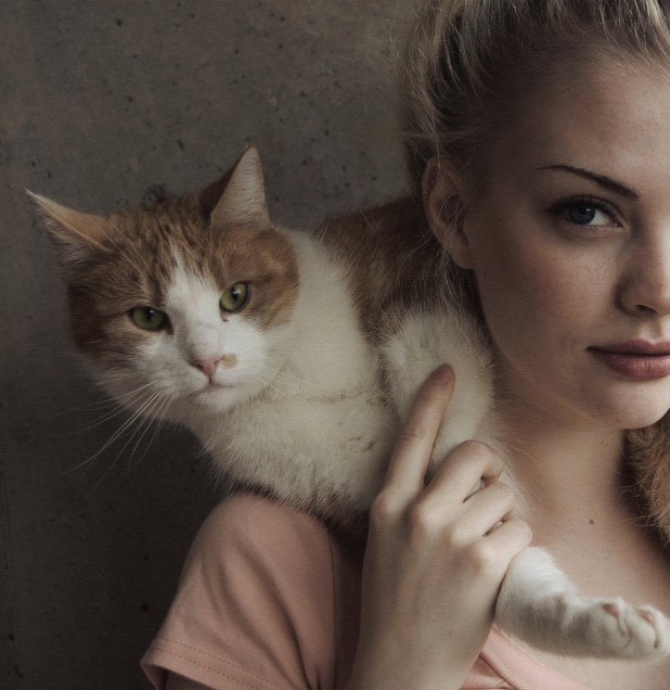 Blonde takes a picture with her pussy