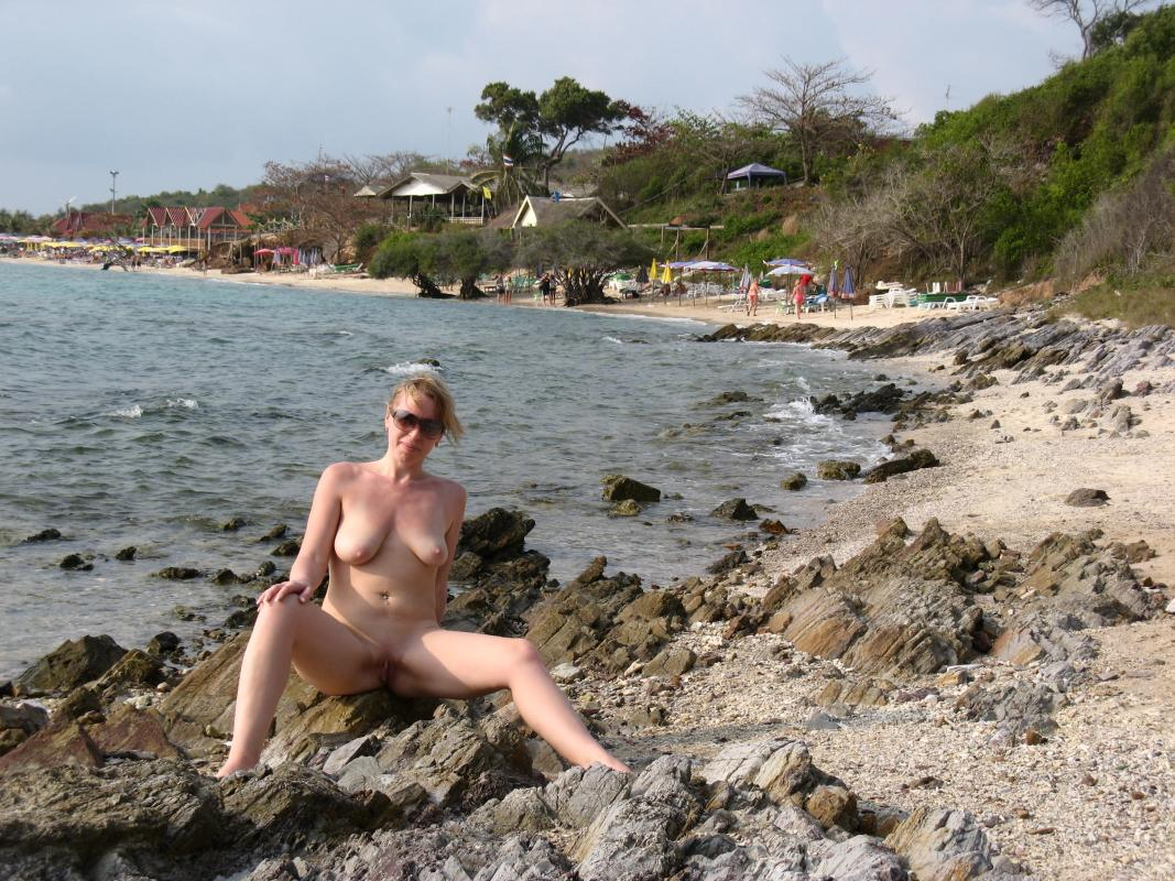 Mature lady taking pictures naked on the rocks
